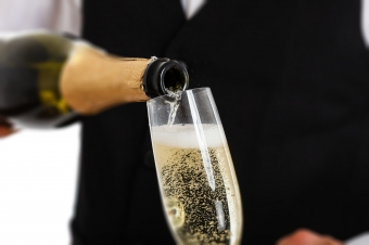 How to serve sparkling wine like a sommelier