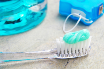 Flossing or brushing: which comes first?